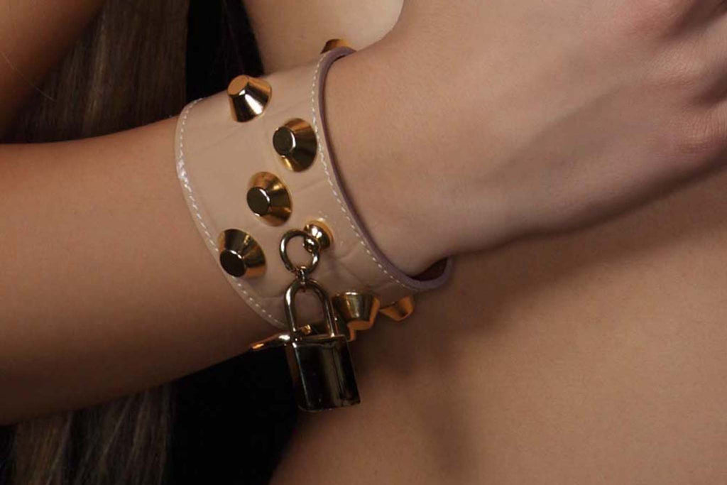 Chunky Love - Golden Studded Petite Leather Cuff Shiny Powder Croco With Lock