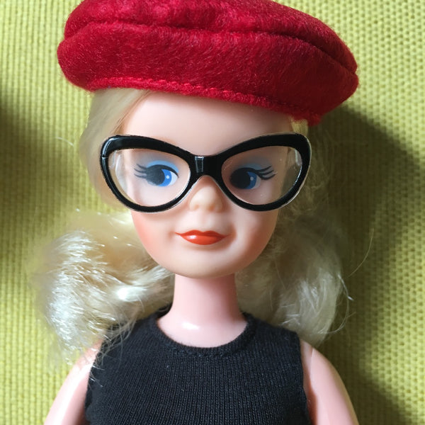 Sindy wearing Creatable World glasses and beret.