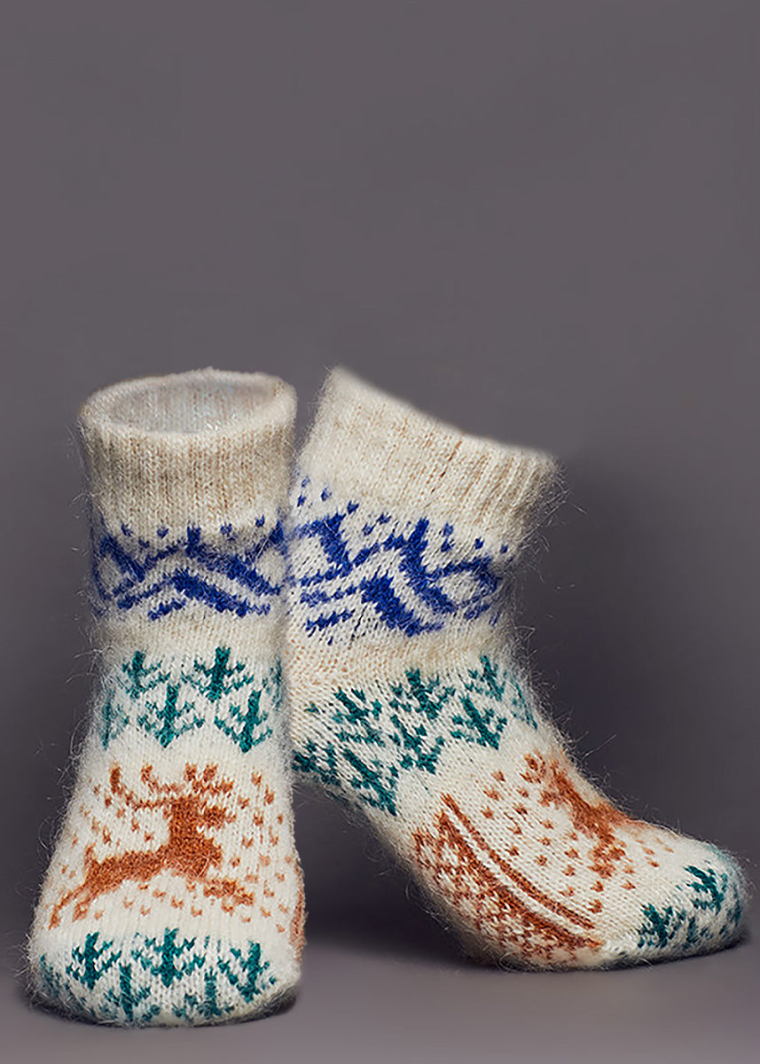 Alpine Forest ankle socks for women are made of 80% goat wool and feature a deer and tree design.