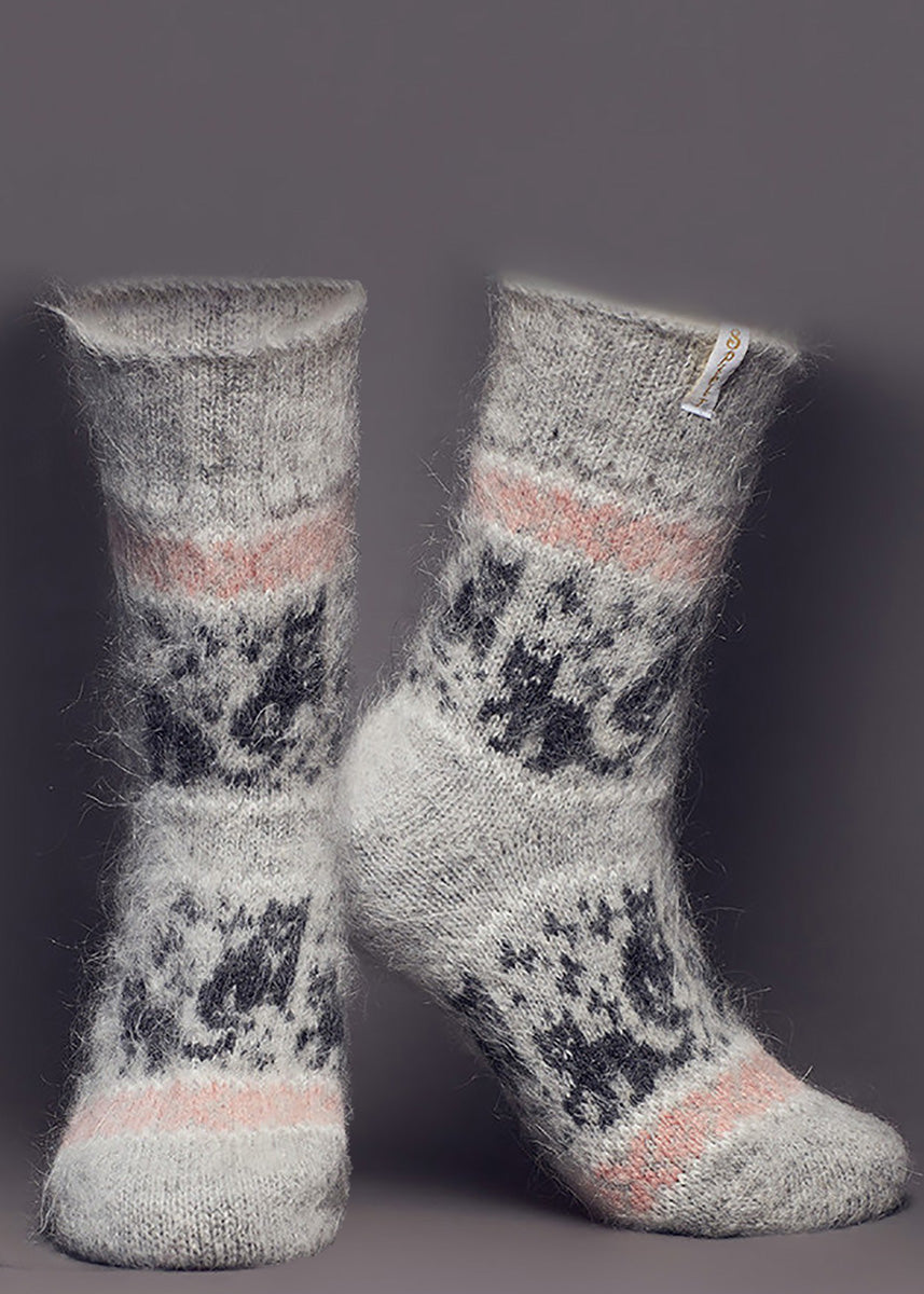 Cute wool socks for women are made of 80% Russian goat wool and feature an adorable black cat design.