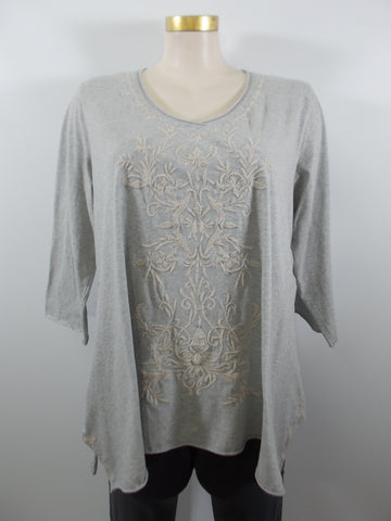 Caite - Heather Grey/Cream Cotton Slub 3/4 Sleeve V-Neck Maddie Embroidered Top - Linnea's Boutique & Vera's Threads