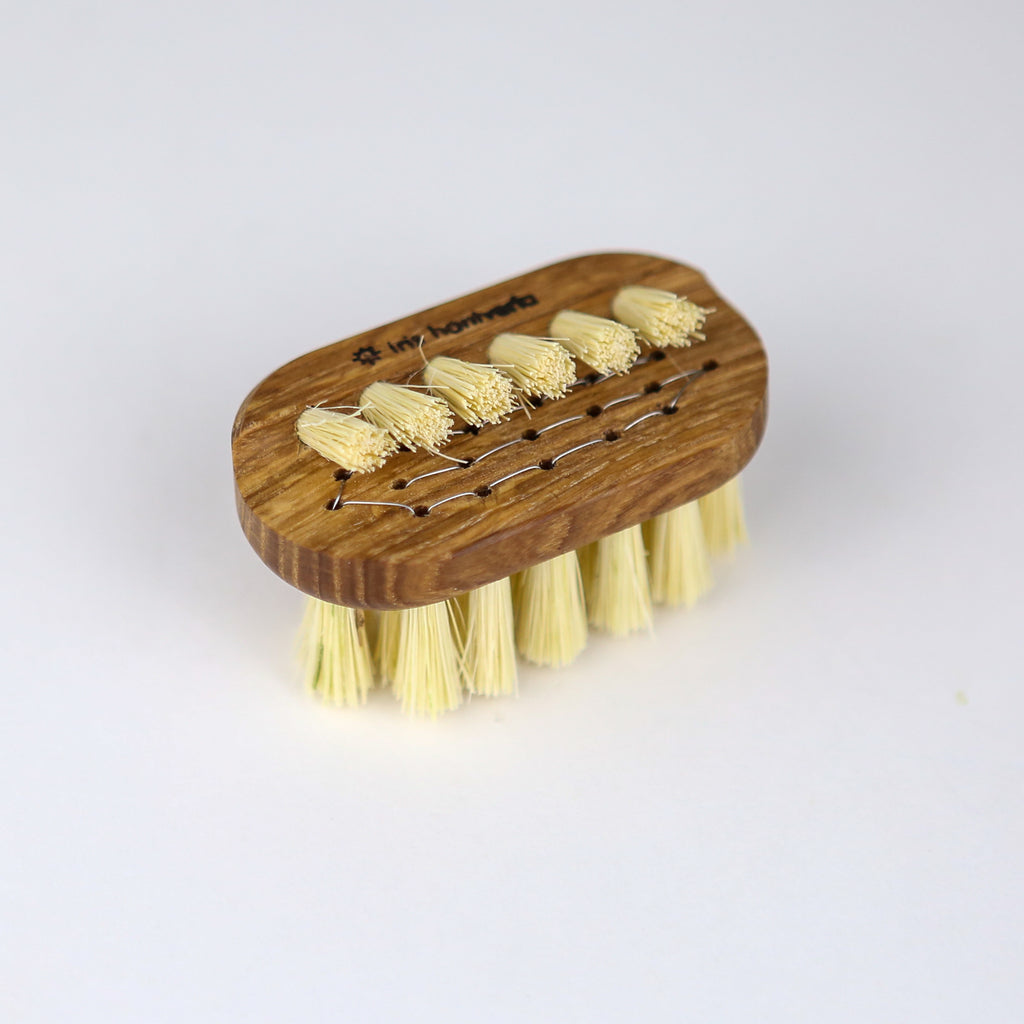 Oak Mini Nail Brush