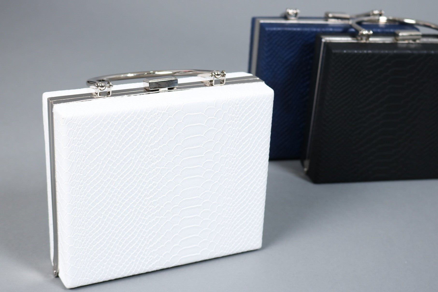 (PREMIUM) TEXTURED BOXY CLUTCH CROSSBODY IN WHITE - TOPAZETTE