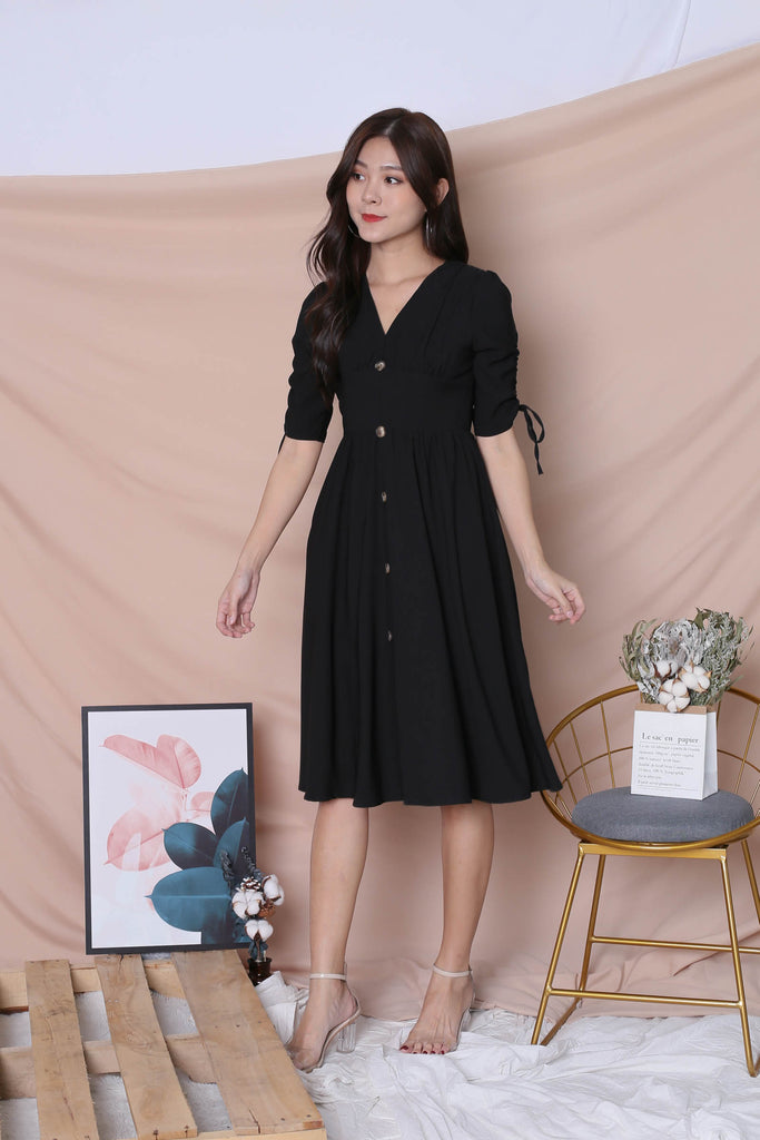*TPZ* (PREMIUM) IVA SCRUNCH BUTTON MIDI IN BLACK - TOPAZETTE