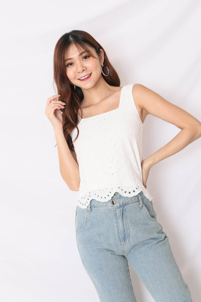 *TPZ* (PREMIUM) QUE EYELET TOP IN WHITE