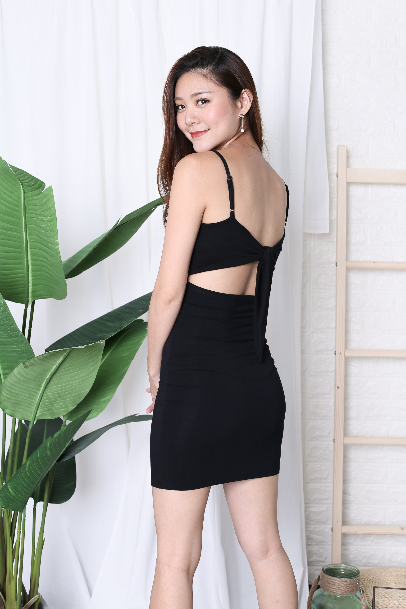 BASIC RIBBON BACK DRESS IN BLACK