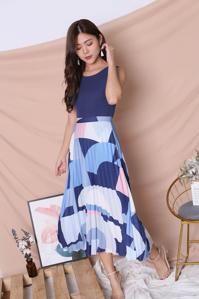 *TPZ* (PREMIUM) XILYN GEOMETRIC ABSTRACT PLEATED MAXI IN NAVY - TOPAZETTE