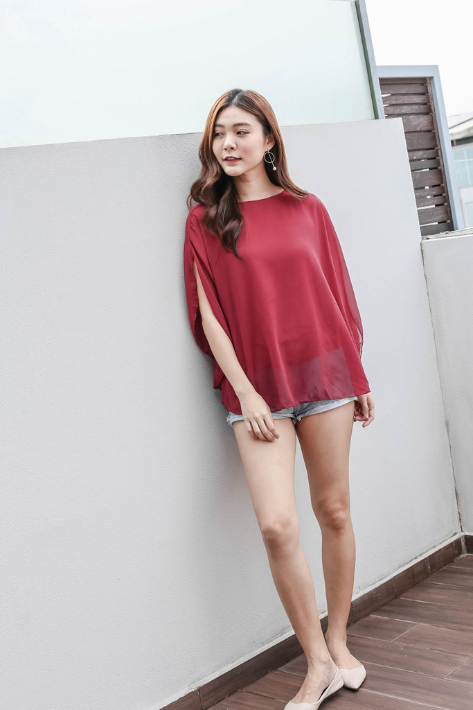BASIC FLUTTER CAPE TOP IN WINE