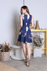 *PREMIUM* LINDSEY FLORAL WAIST TIE DRESS IN NAVY