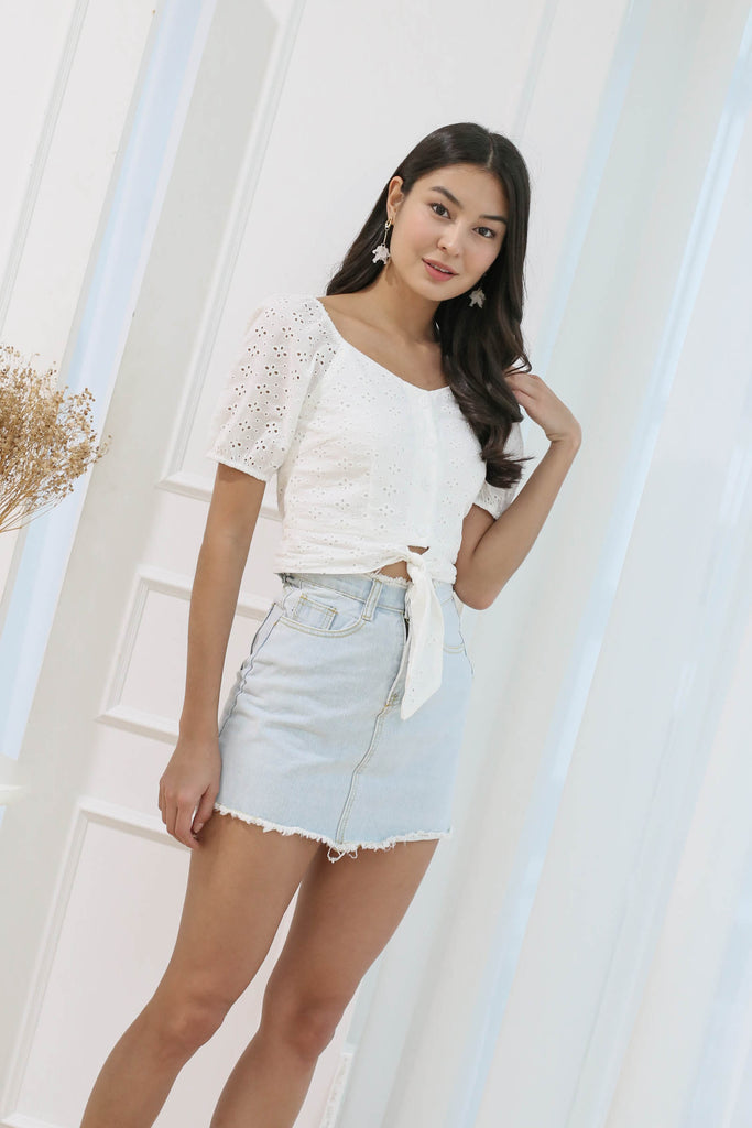 CALISSA FRAY HEM DENIM SKIRT IN LIGHT WASH