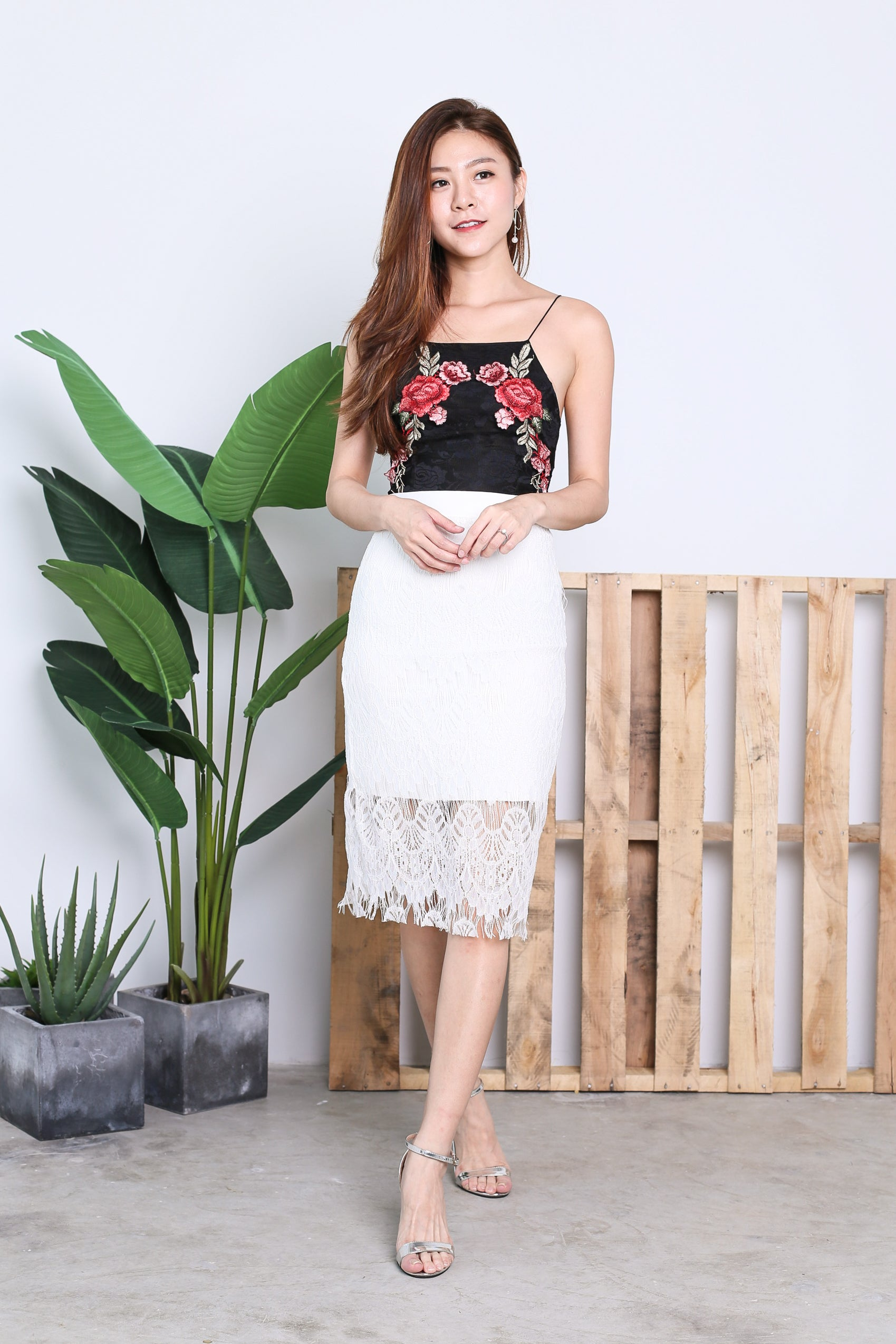 LACE ROSE EMBROIDERY CROP TOP IN BLACK