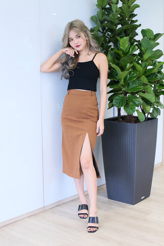 LEIGHTON SLIT MIDI SKIRT IN CAMEL