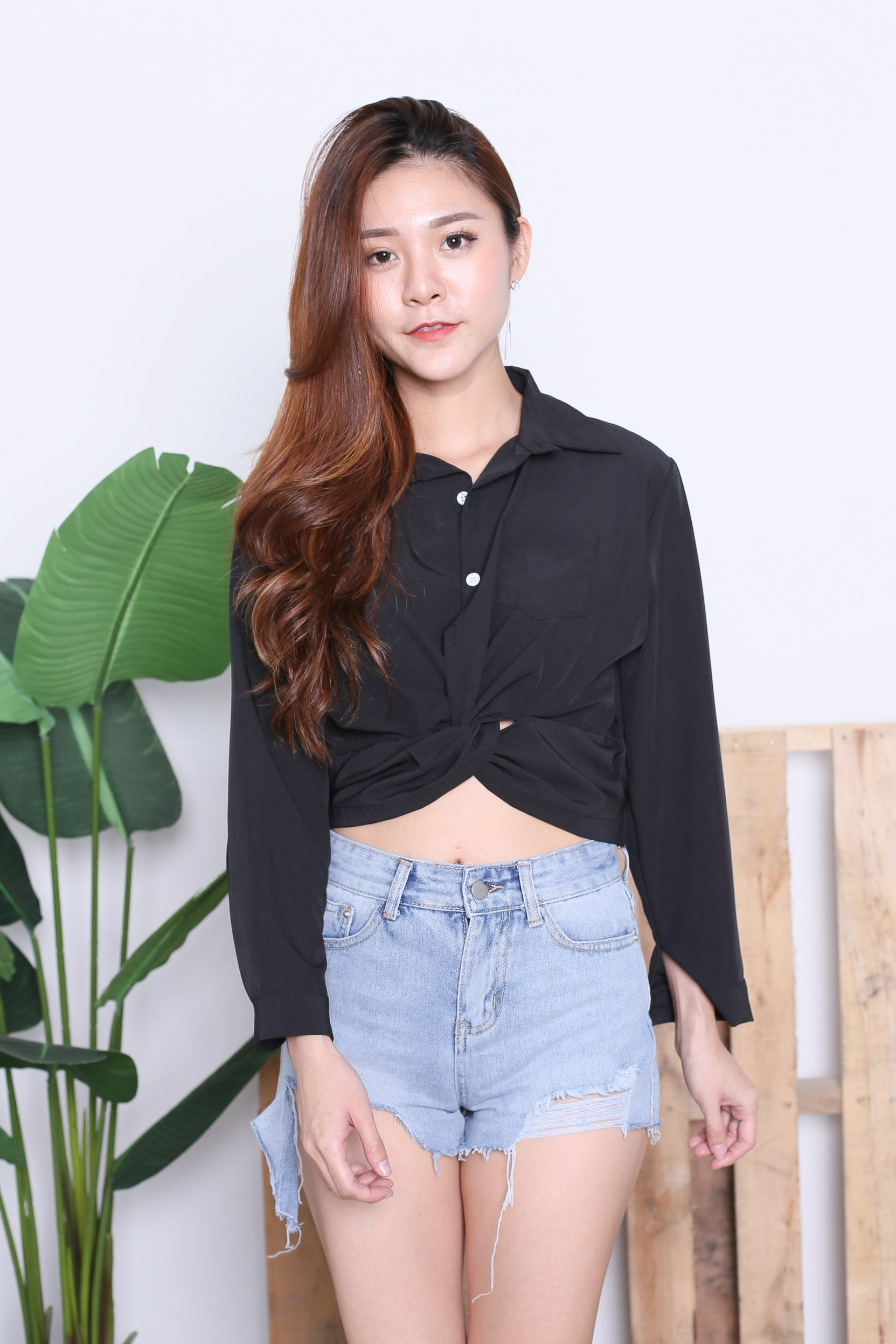 BUTTONED CROP SHIRT IN BLACK