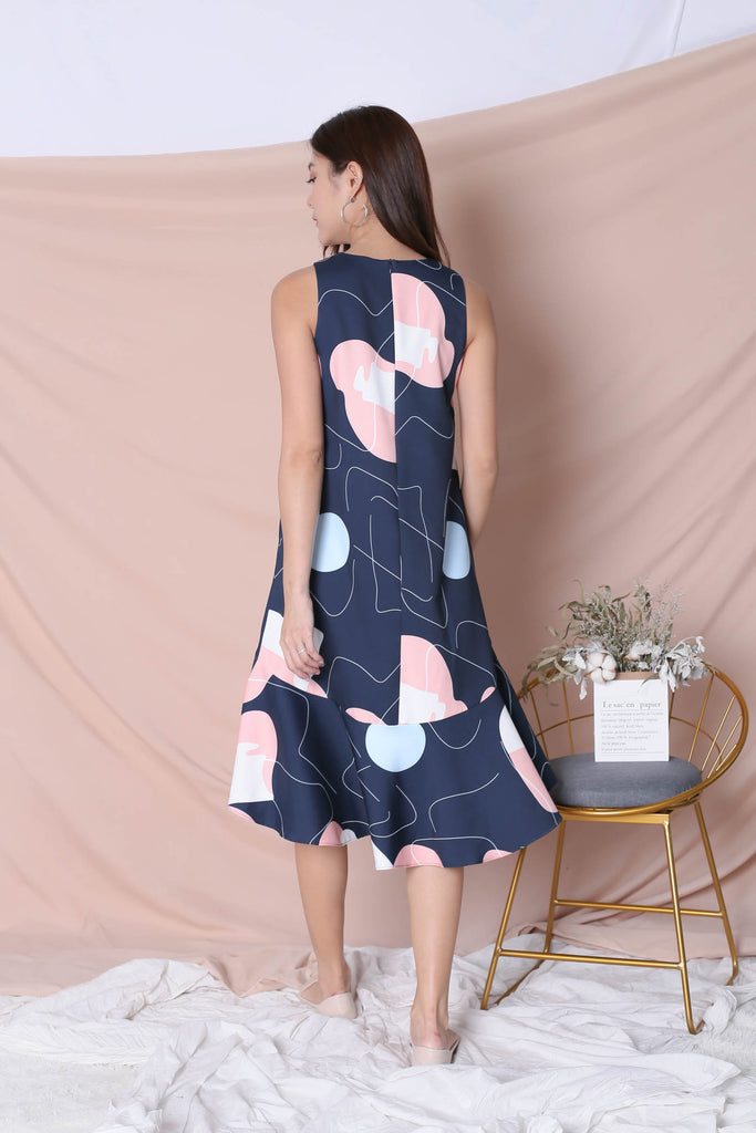 (PREMIUM) SCRIBBLE DROP HEM DRESS IN NAVY