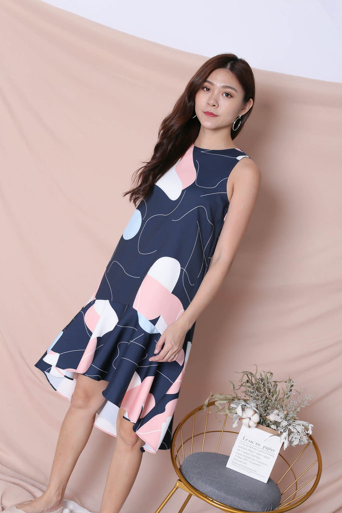 (PREMIUM) SCRIBBLE DROP HEM DRESS IN NAVY - TOPAZETTE