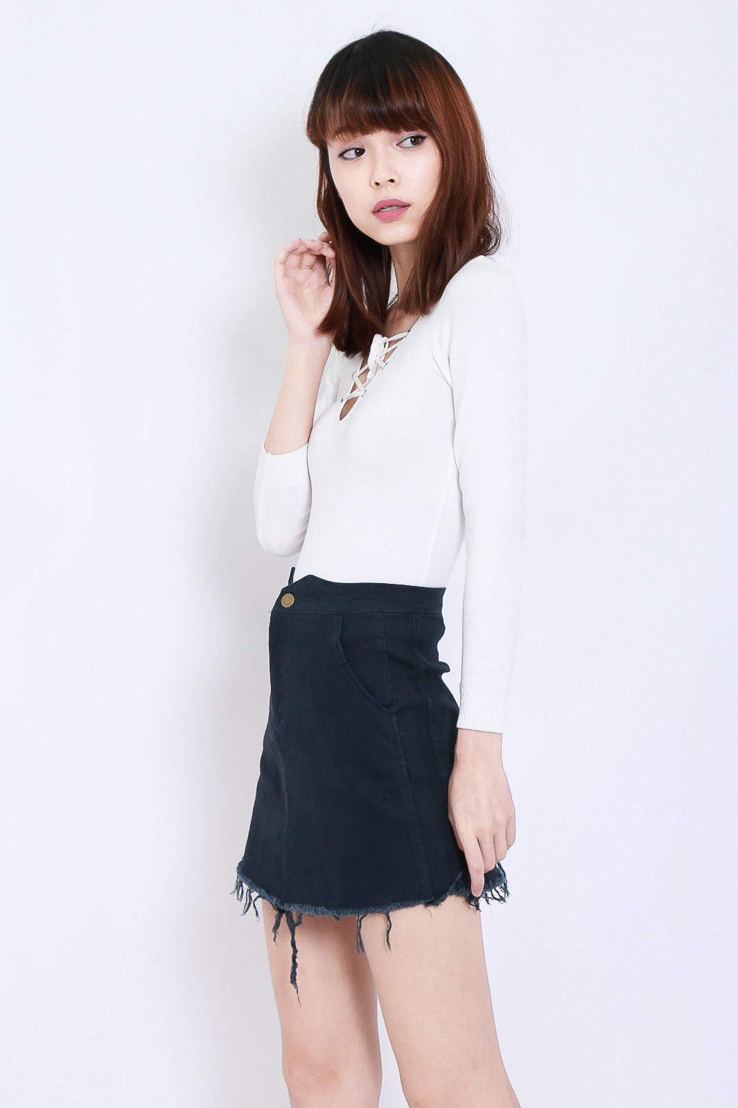 JUST THE RIGHT FRAY DENIM SKIRT IN DARK BLUE
