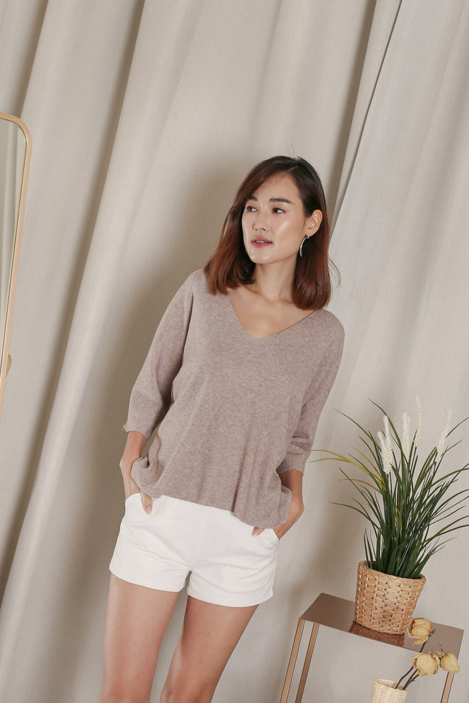 GERI V NECK KNIT TOP IN COCOA