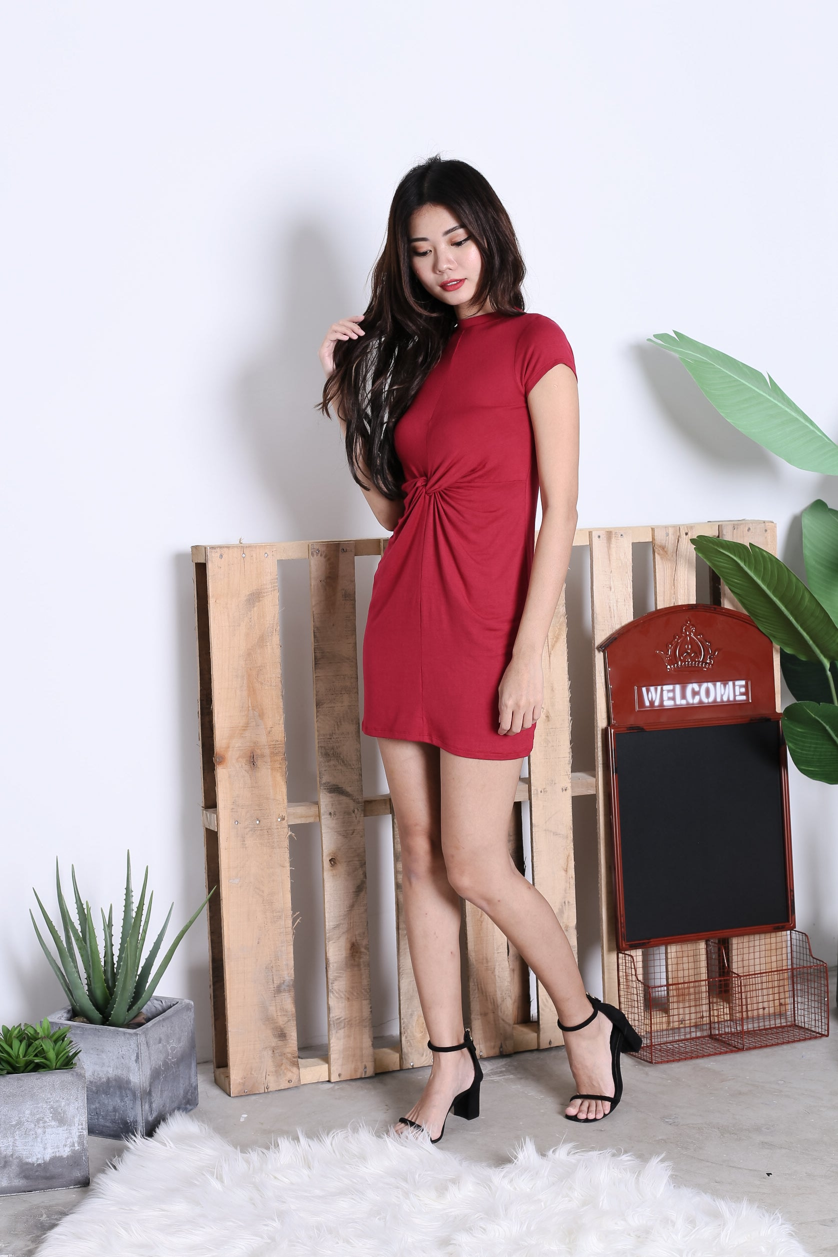 BASIC HIGH NECK KNOTTED TEE DRESS IN WINE