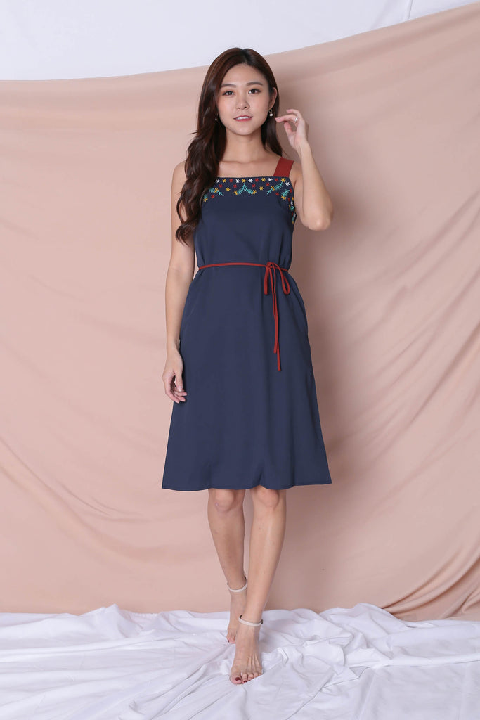 (PREMIUM) XLINDA EMBROIDERY DRESS IN NAVY