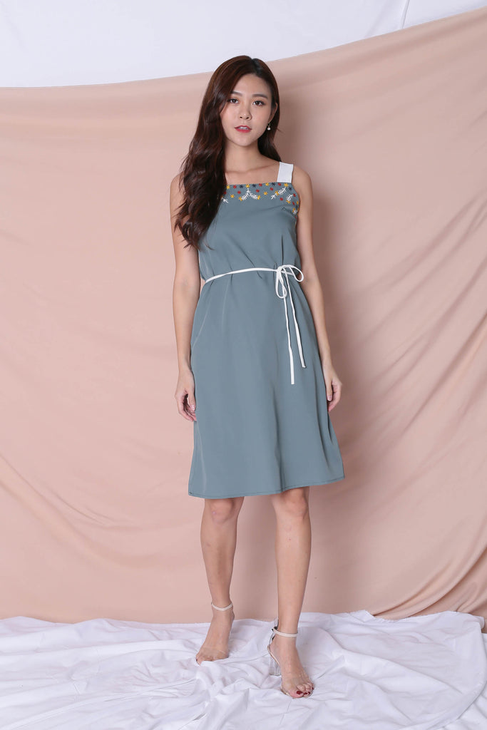 (PREMIUM) XLINDA EMBROIDERY DRESS IN TEAL