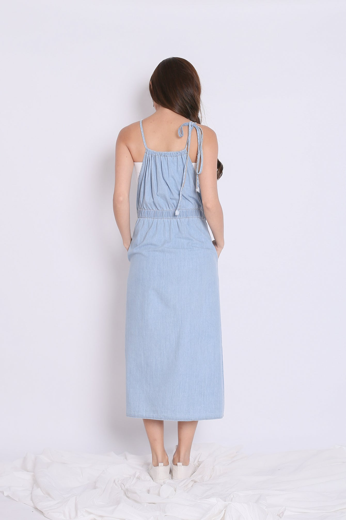 AVERIE DUNGAREE DRESS IN LIGHT WASH