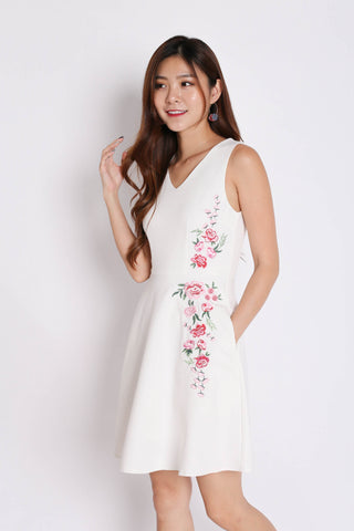 (PREMIUM) CORRINE EMBROIDERY SKATER DRESS IN WHITE