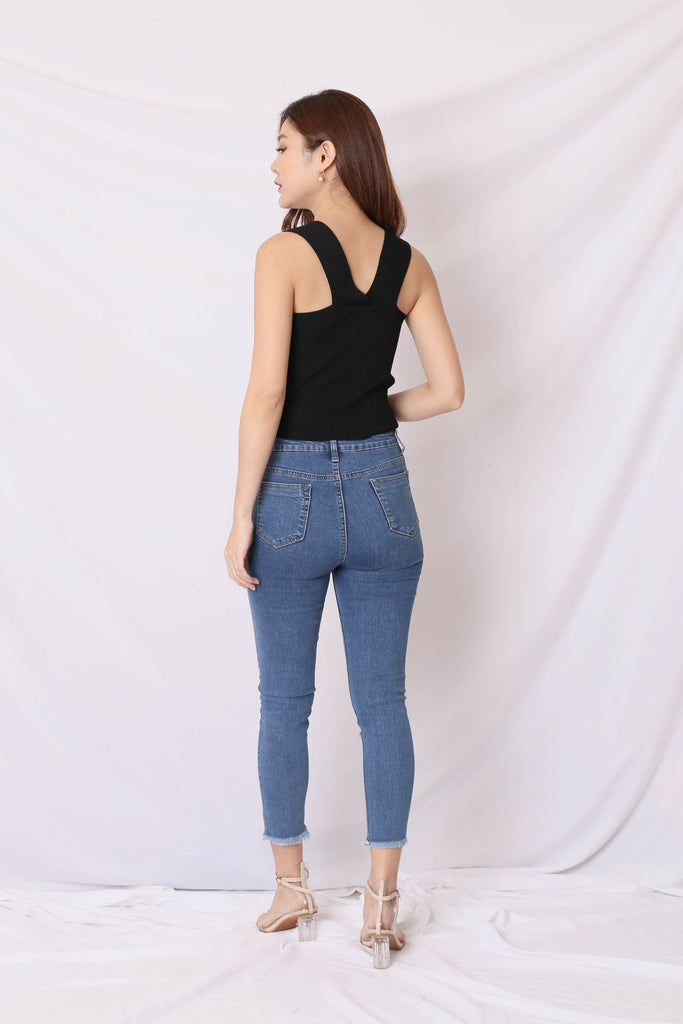 STRAIGHT CUT BASIC KNIT TOP IN BLACK