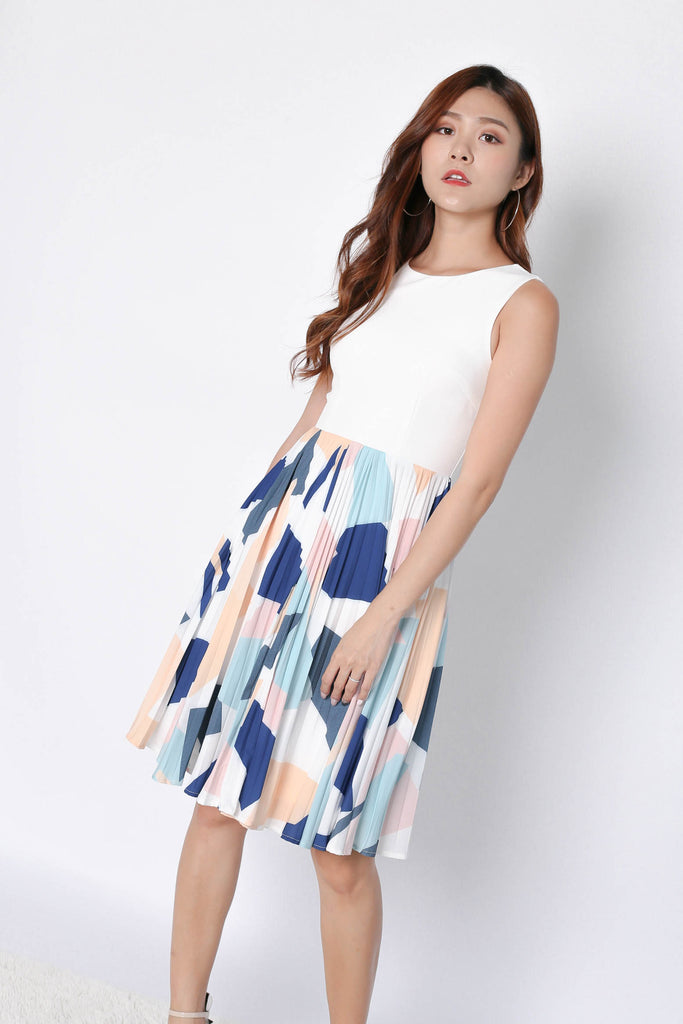 (PREMIUM) ULIA PLEATED ABSTRACT DRESS IN WHITE - TOPAZETTE