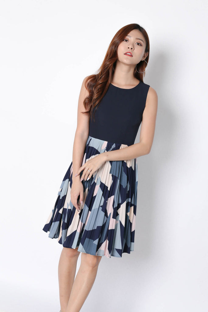(PREMIUM) ULIA PLEATED ABSTRACT DRESS IN NAVY - TOPAZETTE