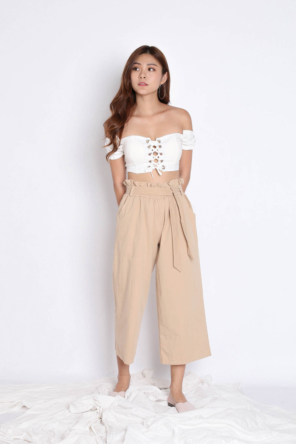 LACED OFF SHOULDER BASIC CROP TOP IN WHITE