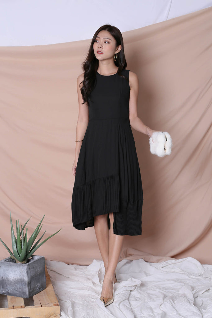 (PREMIUM) XYLA HI LOW PLEATED DRESS IN BLACK - TOPAZETTE