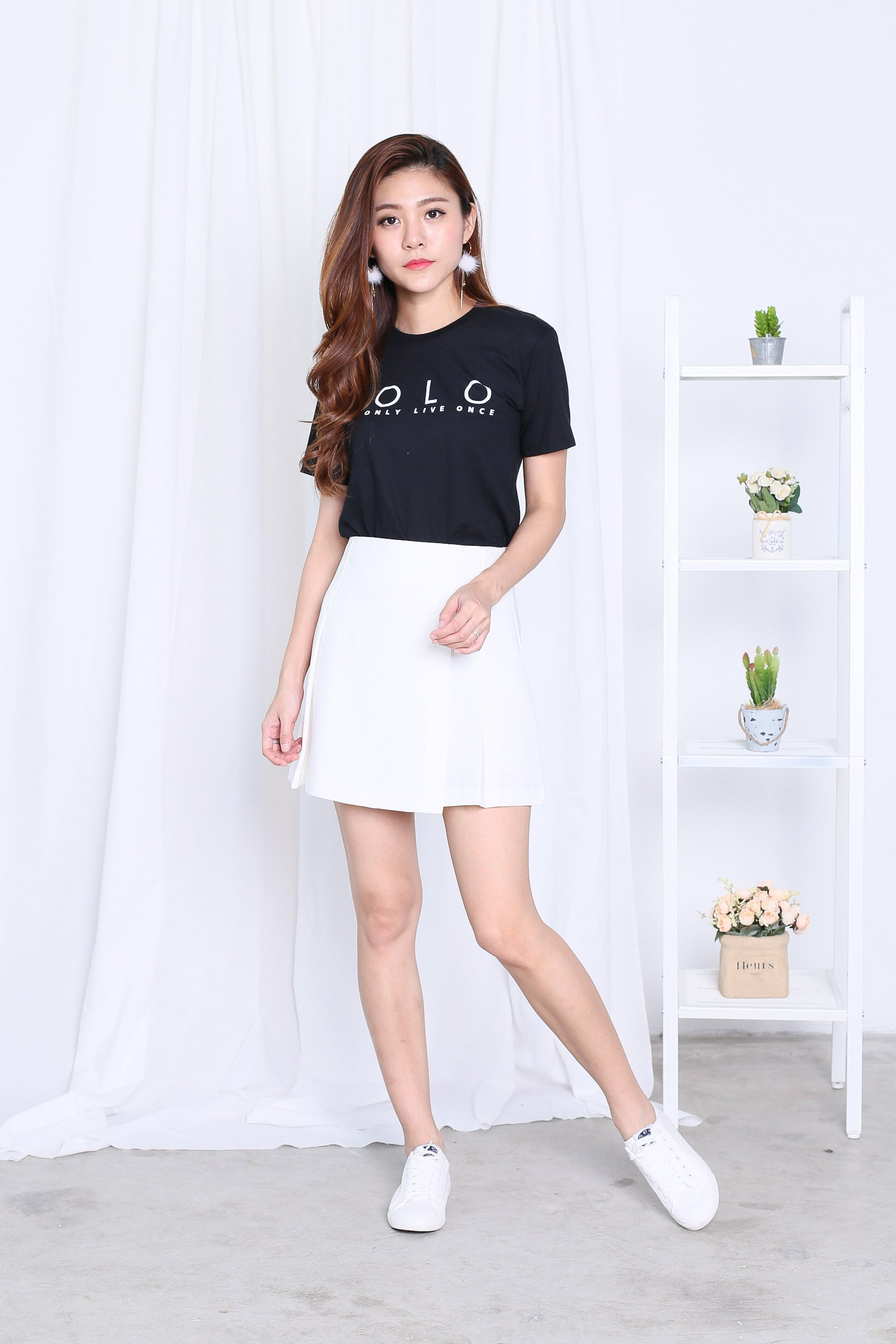 YOLO TEE IN BLACK