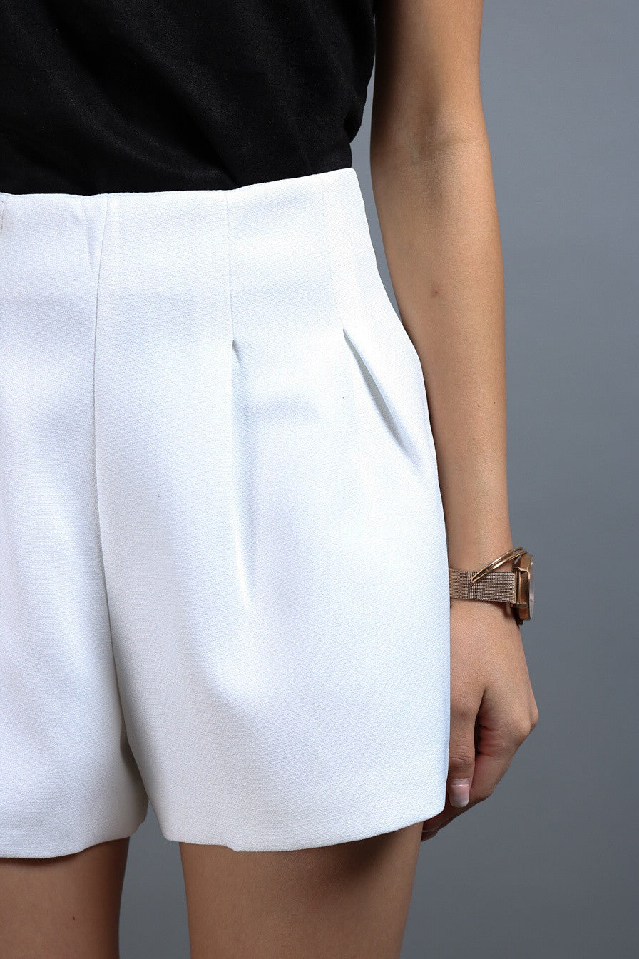STRUCTURED PLEAT SHORTS IN WHITE