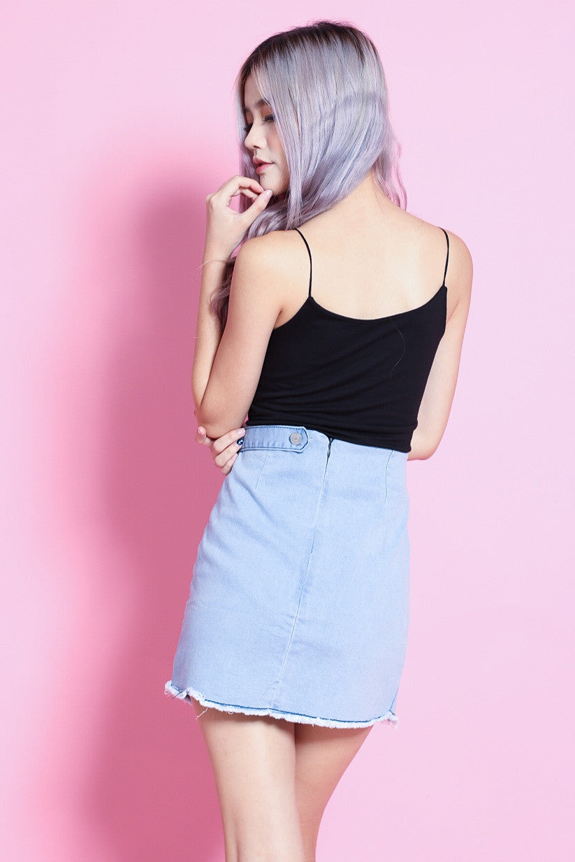 FRAYED DENIM SKIRT IN LIGHT BLUE