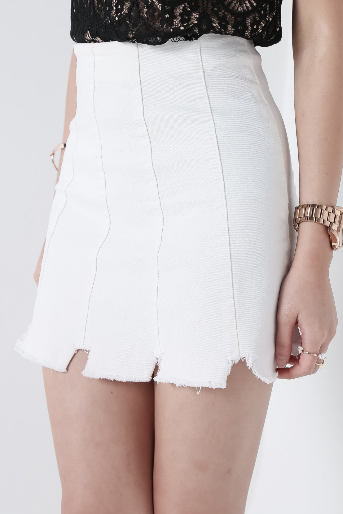 RAW HEMS DENIM SKIRT IN WHITE