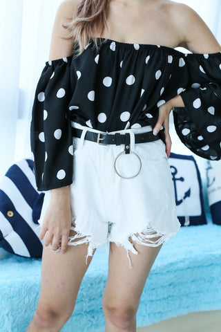 RIPPED DENIM SHORTS WITH RING BELT IN WHITE
