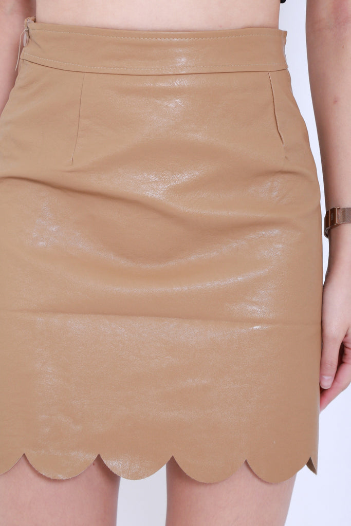 SCALLOP LEATHER SKIRT IN CAMEL