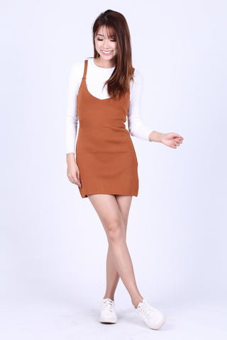 ZIPPED DUNGAREE KNIT DRESS IN CAMEL