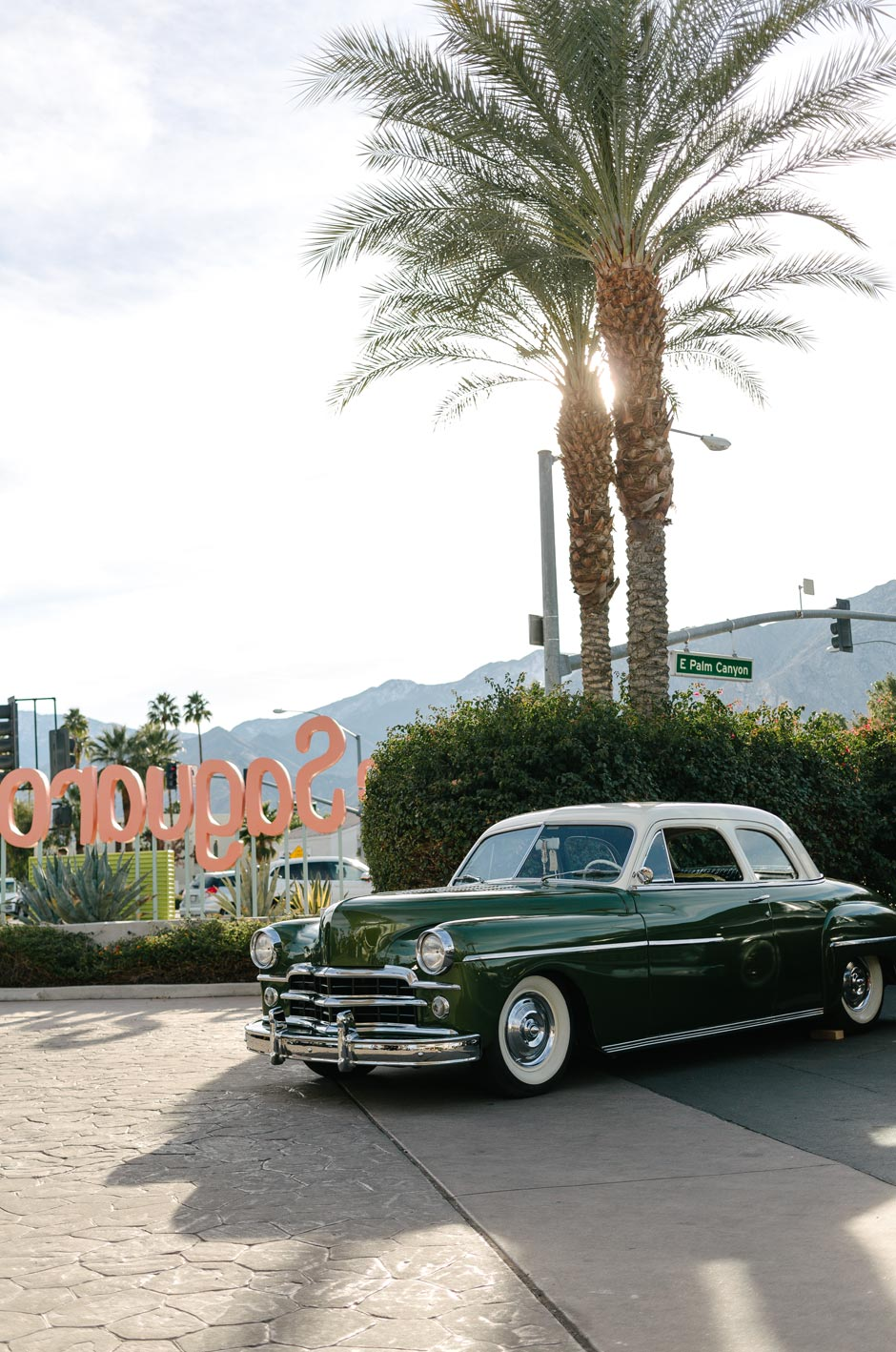 Paradise Roadshow 2020 - Vintage car with palm tree in the background