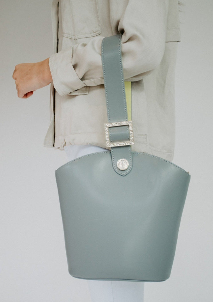 Bucket bag with texture buckle