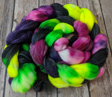 Load image into Gallery viewer, Supernova - superwash merino/silver sparkle fiber