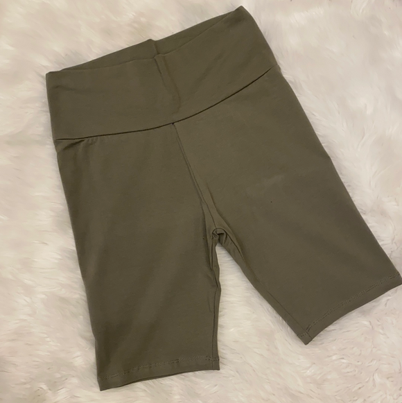 Chasing the Day Biker short Olive