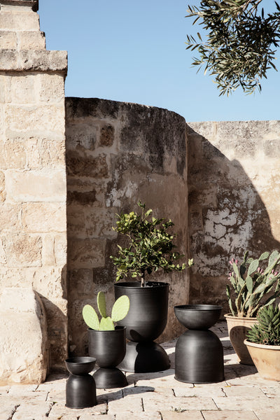 Hourglass Plant Pot in Extra Small | Black / Charcoal