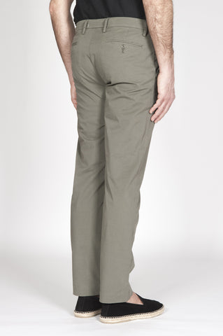 Strategic Business Unit - 00323 - Pantaloni Chino Classici In Cotone Stretch Verde Militare Regular Fit - Classic Regular Fit Chino Pants In Military Green Stretch Cotton - ミリタリーグリーンストレッチコットンで古典的なレギュラーフィットチノパン