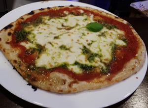 Pizza Tricolore -» mozzarela fior di latte, pesto, tomate cherry, rucúla