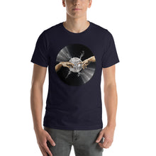 Load image into Gallery viewer, Da Vinyl • Respect Vinyl • Kurzärmeliges Unisex-T-Shirt