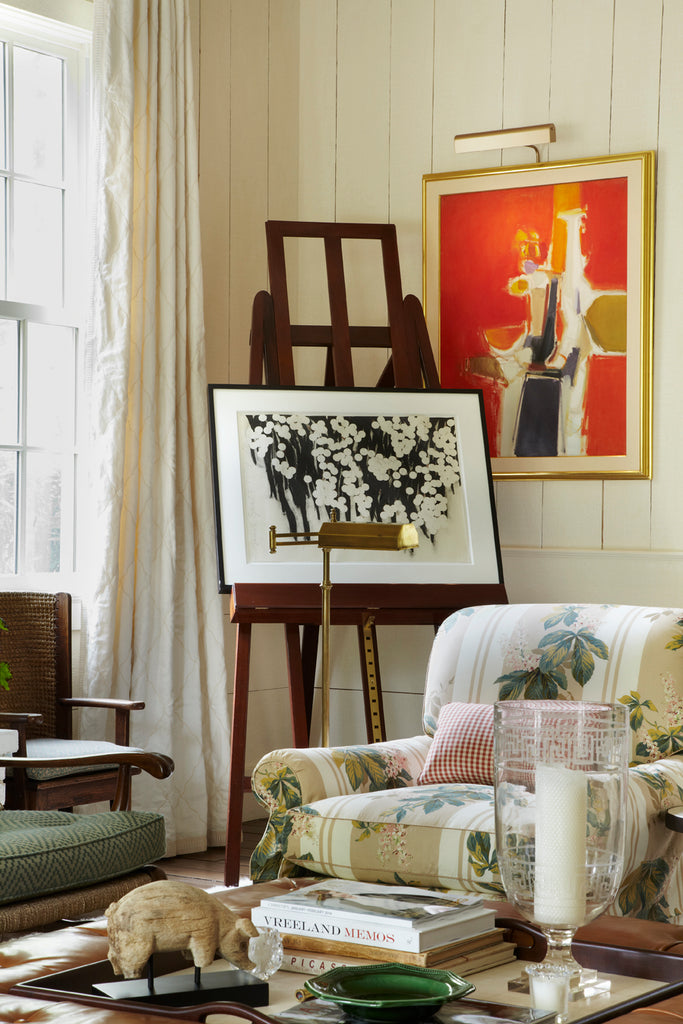 In this corner, an easel with artwork draws the eye. When displayed on an easel, artwork is easily rearranged.