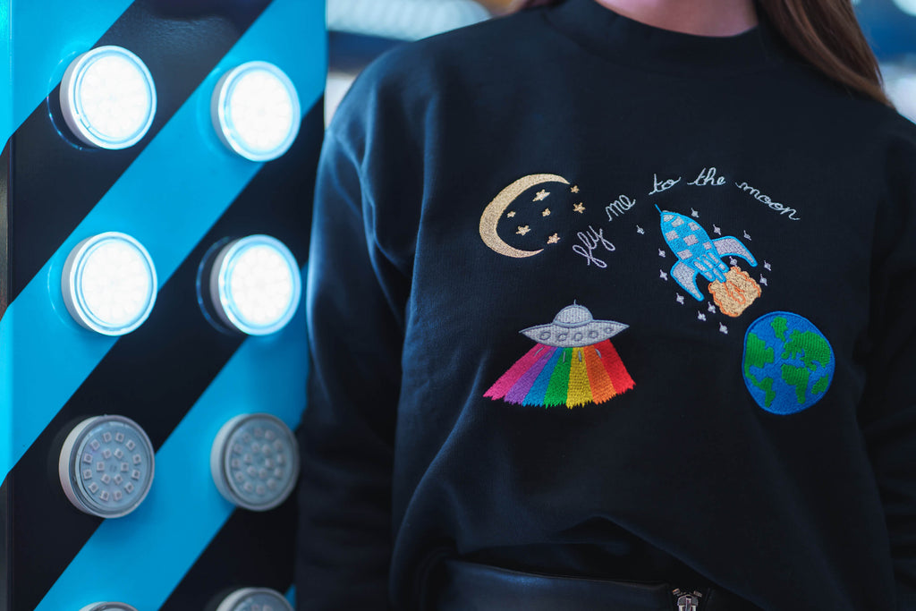 Fly me to the moon sweat - sweatshirt brodé - pull brodé - cosmic collection - kaipih - coton bio - bonnet brodé - broderie française - marque responsable