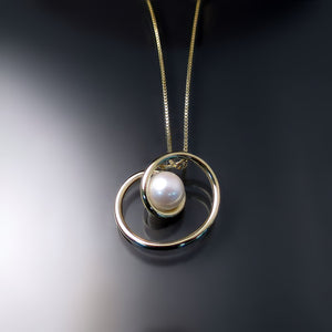 contemporary design pearl necklace