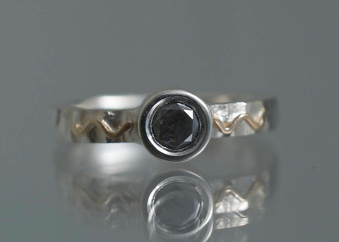 Zigzag, fingerring, sterling sølv med 18K gulguld og 1 sort diamant